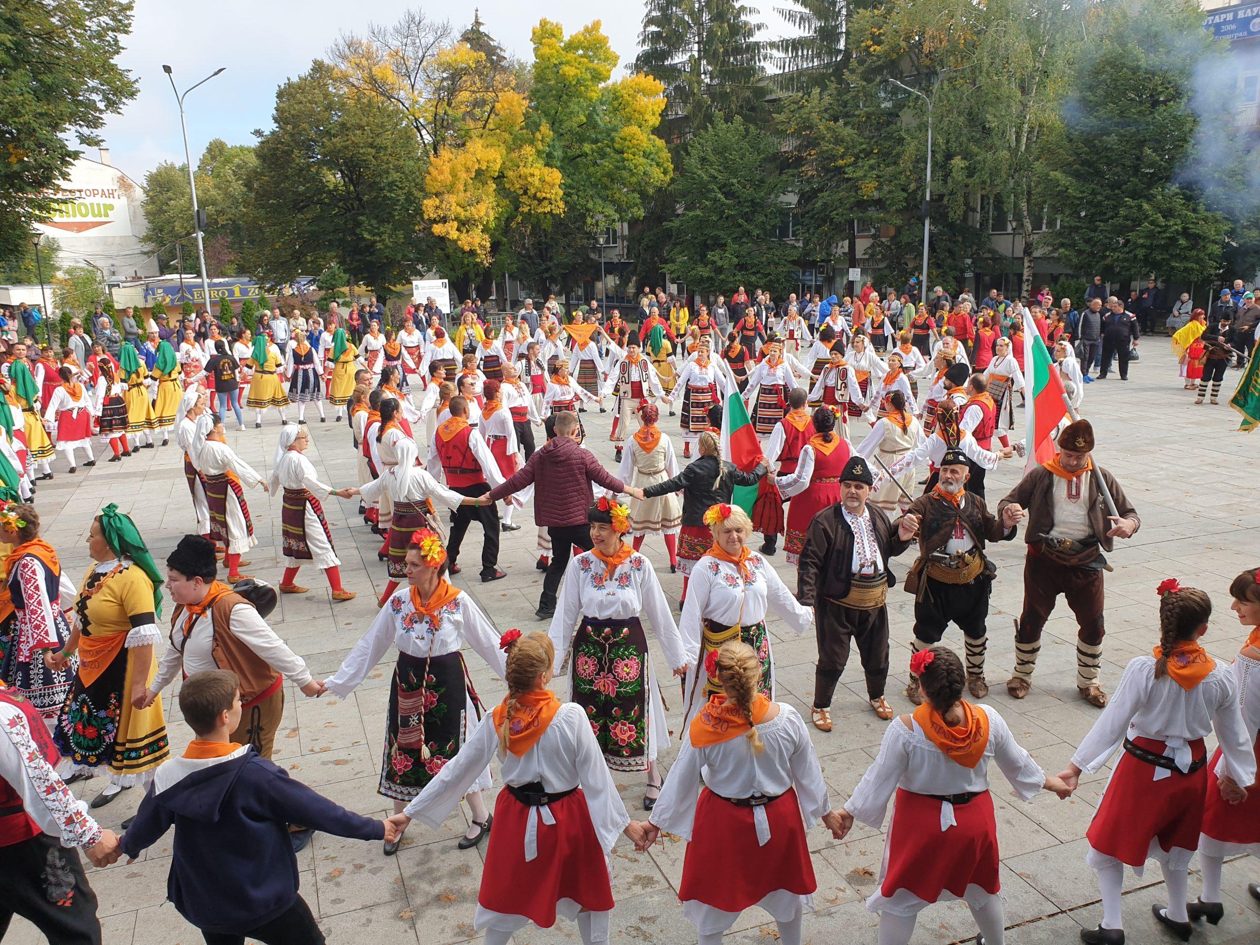 """Велинград разцъфтя в пъстротата на Деветия Национален фолклорен фестивал """"Пролетно хоро"""""""