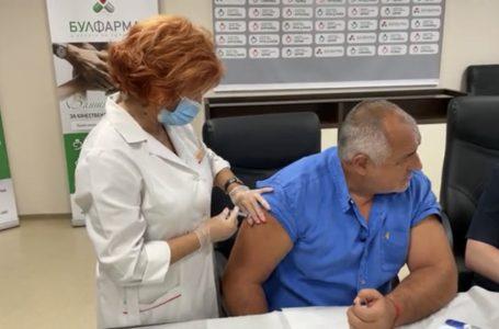 Бойко Борисов се ваксинира на живо, за да даде пример